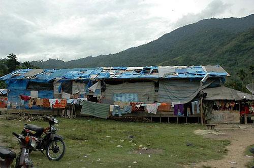 仮設住宅。ビニール製の屋根にはいくつも大きな穴が空いている。