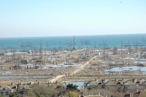 カスピ海油田。林立する掘削櫓が埋蔵量の豊かさを示す