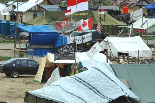 国連機関やNGOのテントがひしめく。画面左上にオックスファムの旗(アチェで筆者撮影)