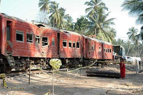 列車もゆがむ津波の力(スリランカで筆者撮影)