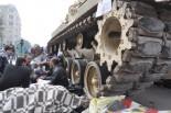 体を張って戦車を止める「反ムバラク派」の民衆。前方にも人々がいる。(7日、タハリール広場。写真:筆者撮影)