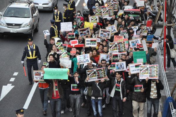 「 カダフィは法の裁きを受けよ」「フリーフリー・リビア」・・・デモ隊のシュプレヒコールが響いた。(26日夕、渋谷・宮下公園前。写真:筆者撮影)