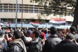 反ムバラク派のデモ隊は国営放送の玄関前まで突進した。戦車が張り付き、2階バルコニーには兵士が銃を持って構えているのが見える。(11日、カイロ市内国営放送前。写真:筆者撮影)