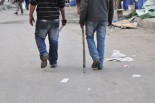 山刀と棍棒で武装する「ムバラク支持派」の男性たち。(3日、エジプト考古学博物館北側の地区で。写真:筆者撮影)