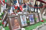 治安警察に射殺された若者たちを慰霊するための献花台がしつらえられた。(タハリール広場。写真:筆者撮影)