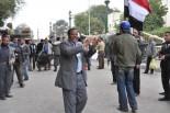広場南入口は阿波踊りを思わせるノリに包まれる。「打倒ムバラク派」の歓迎に踊りだす市民も珍しくない。(9日、タハリール広場。写真:筆者撮影)