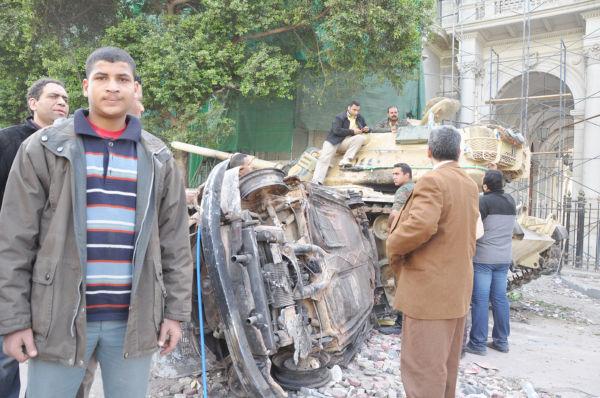 「ムバラク打倒派」の青年。この頃までは「戦車と兵士込み」で撮影しても拘束されたりはしなかった。(3日、タハリール広場。写真:筆者撮影)