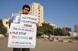 メディア不信を外国人に訴えるプラカード。新聞・テレビへの強い疑念も市民革命の背景にある。(8日、タハリール広場。写真:筆者撮影)