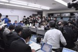 東電記者会見。写真では切れている右奥にも同じ数の記者がいる。(17日、東京電力本店。写真:筆者撮影)。