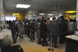 旅券申請は3時間半待ち。入場制限で長蛇の列ができていた。(18日、東京都パスポートセンター・有楽町。写真:筆者撮影)