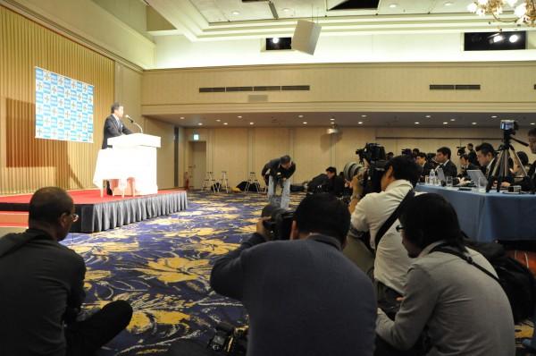 松沢神奈川県知事の都知事選出馬記者会見。多くのメディアが詰めかけた。(1日、港区のホテル。写真:筆者撮影)。