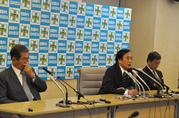 うなだれる松沢氏=右=と鼻白む石原氏=左=。中央は上田・埼玉県知事。(14日、都庁記者会見室。写真:筆者撮影)。