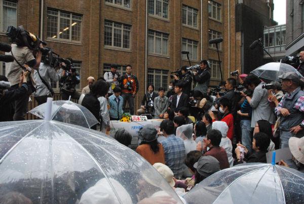 福島の父母らの鬼気迫る追及にうなだれるばかりの渡辺原子力安全監=中央奥・水色のジャンパー。 (23日午後、文科省中庭。 写真:筆者撮影)