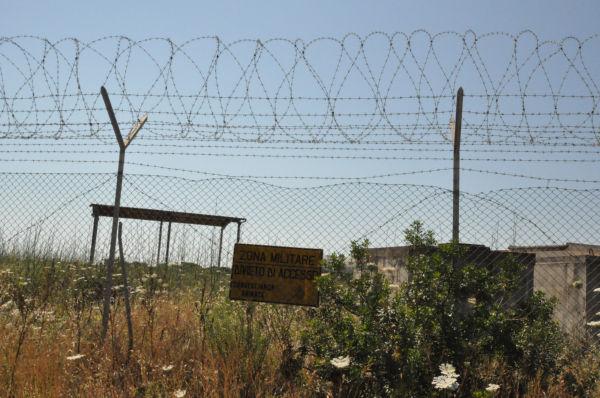 放射性物質は鉄条網を越えて村に降ってくる。(16日、クイッラ村。写真:筆者撮影)