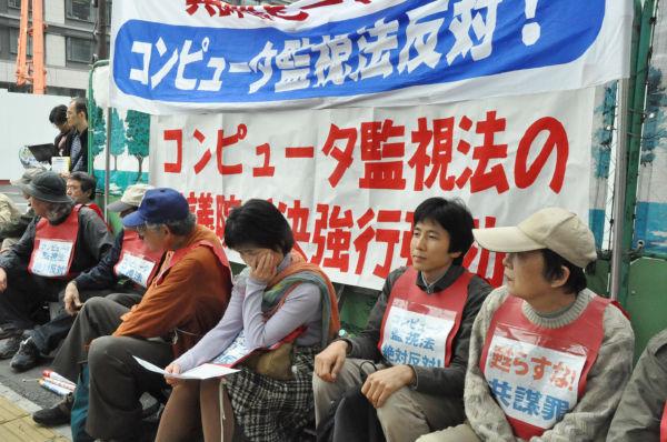 PC監視法案に反対して国会前で座り込む市民。この後、院内集会を開いた。(写真:1日、筆者撮影)
