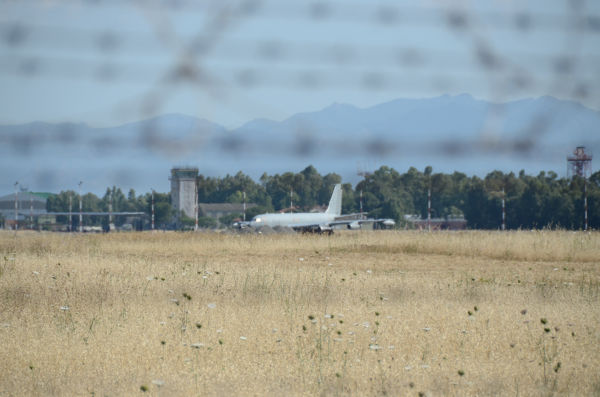 滑走路には空中給油機が巨体を横たえていた。(サルデーニャ島・デシモマヌー基地。 写真:筆者撮影)
