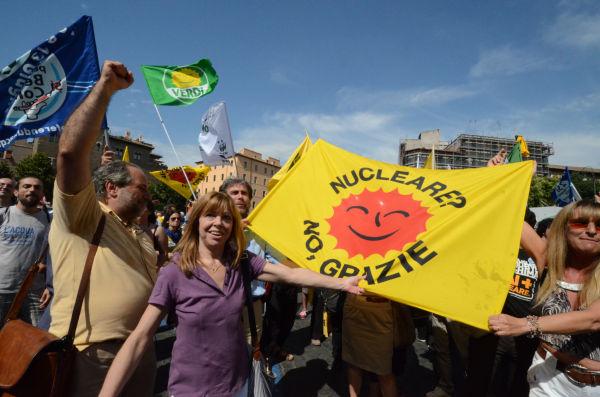 「原発ノーサンキュー」の旗を掲げ歓喜の声をあげるローマ市民。(13日午後3時40分、「真実の口」前広場。写真:筆者撮影)