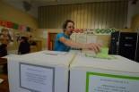 「原発再開を認めず」に投票するアールーノ・ペックさん。(12日、フィレンツェ市内投票所。写真:筆者撮影)