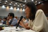 母親代表の佐藤幸子さんは厳しく政府を追及した。(30日、参院会館。写真:筆者撮影)