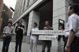 文科省原子力立地地域対策室の池川和彦室長に「原子力ポスターコンクール」の中止を求める要請書を手渡した。(6日、文科省中庭。写真:筆者撮影)