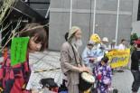 女性(左端)は日本で妊娠することの不安を切々と訴えた。 (7日、東京電力前。写真:筆者撮影)