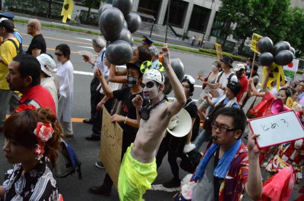奇抜なスタイルで「原発反対」を訴える参加者。(6日夕、内幸町。写真:筆者撮影)