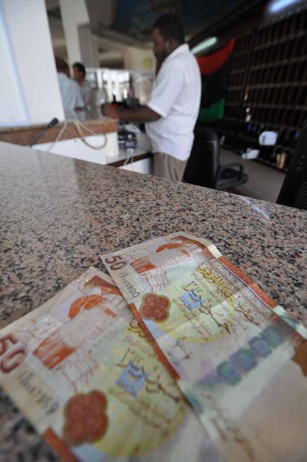50ディナール紙幣。受け取ったホテルマンはカダフィ大佐の顔の部分に『お尋ね者』と書いたテープを貼ろうとした。(ベンガジ市内のホテル。写真:筆者撮影)