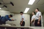 損害賠償請求書を紫藤部長に手渡す福田弁護士・中央と自主避難者・右側2人。(12日、東電本店別館。写真:筆者撮影)