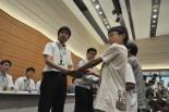友達40人のメッセージを官僚に渡す福島の子供たち。(17日、衆院第1議員会館。写真:筆者撮影)