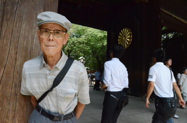 近衛兵の生き残りである戸田さんは、戦時中の大本営と同様に国民を欺く今の政府に憤る。(15日朝、靖国神社正門前。写真:筆者撮影)