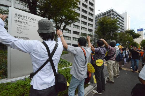 広大な経産省の敷地を市民1300人が取り巻いた。(11日午後、霞が関。写真:筆者撮影)