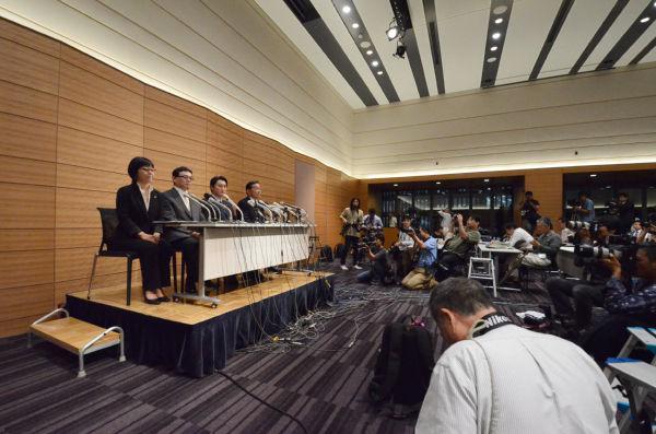 大勢の報道陣が詰めかけた。石川氏の地元の北海道新聞以外、記者クラブからの質問はなかった。(筆者撮影)