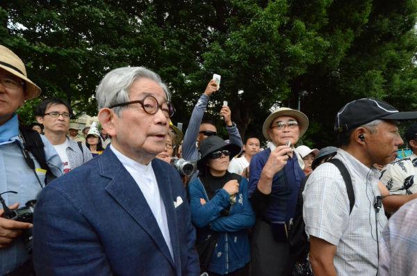 ステージに上るノーベル賞作家の大江健三郎さん。大江さんがスピーチするとあって日頃は「脱原発デモ・集会」に冷淡なマスコミ各社が、取材に駆け付けた。(筆者撮影)