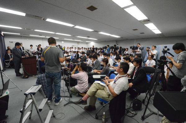 就任記者会見する枝野新経産相。脱原発ではない新大臣に記者クラブの質問は柔らかだった。(12日夜、経産省会見室。写真:筆者撮影)