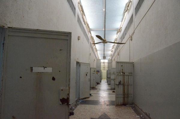 もぬけの殻となった政治犯収容所。1部屋に3~4人がつながれていた。部屋の数を数えようとしたが、同じ棟が繰り返されるので混乱しカウント不能となった。(2日、ブスリム・プリズン=トリポリ市内。写真:筆者撮影)