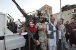 反政府軍兵士と共に独裁者からの解放を喜ぶトリポリ市民。(8月31日、緑の広場。写真:筆者撮影)