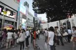 アルタ前広場。盛り土部分が囲い込まれているため狭くなっている。(10日夕、新宿東口。写真:筆者撮影)