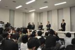 初公判を受けての小沢氏記者会見。会場は立錐の余地もないほど記者やカメラマンで埋め尽くされた。(6日夕、衆院第2議員会館。写真:筆者撮影)