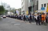 警察官のデモ行進と見間違いそうだ。(21日午後、渋谷。写真:筆者撮影)