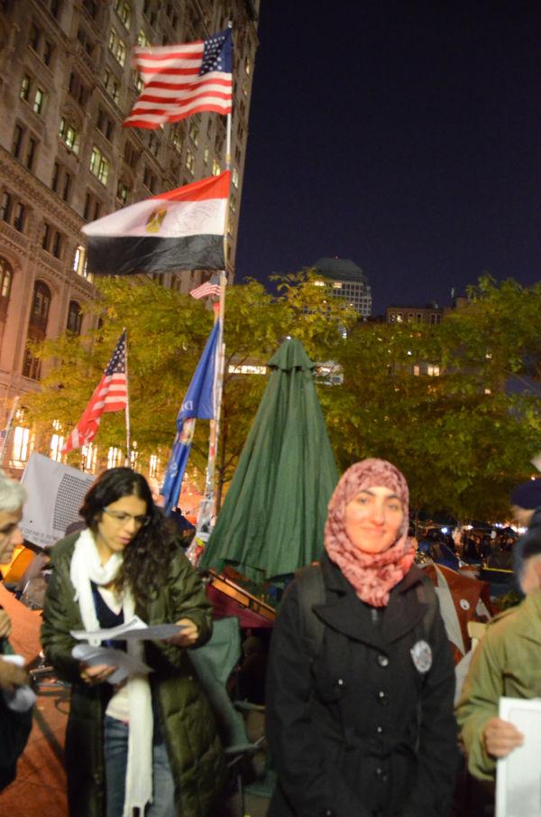 エジプト国旗と星条旗が共に翻った。スカーフ姿の女性はエジプト市民革命と「Occupy行動」の共通点を強調した。=ズコッティ公園。写真:筆者撮影=