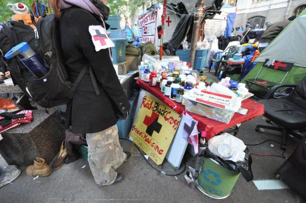 栄養不足の占拠者たちが自由に持ち帰れるビタミン剤。全て寄附だ。手前の女性は看護師。=写真:筆者撮影=