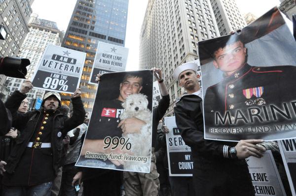 帰還兵たちは、「Occupy行動」中に警察に撃たれ重体となったオルセン元海兵隊員の写真を抱いて参加した。=写真:筆者撮影=