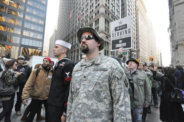 ウォール街に到着した帰還兵たち。=2日(現地時間)、ズコッティ・パーク、ニューヨーク市内。写真:筆者撮影=