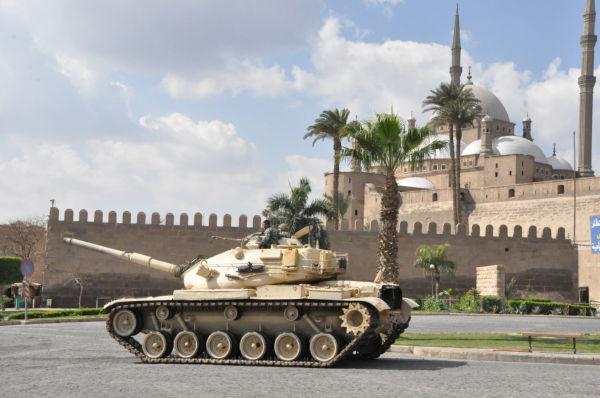 米国製M60戦車がエジプトの代表的なイスラム寺院を警護する、という皮肉な光景=2月、モハンマッド・アリ・モスク前。写真:筆者撮影=