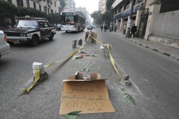 警察隊と衝突した若者が警察車両にはねられて死亡した場所。花束が手向けられていた。=27日、政府庁舎前。写真:筆者撮影=