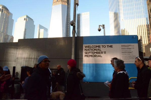 ワールド・トレード・センター跡地は観光名所となり訪れる人が絶えない。アメリカ人にとって聖地巡礼となった感さえある。=グラウンドゼロ入口、ニューヨーク市。写真:筆者撮影=
