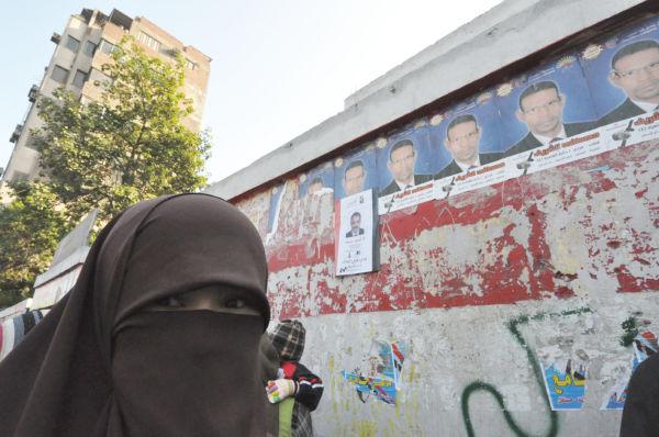 露出を限局したイスラムの伝統的な衣装をまとった女性は「ムスリム同胞団系列の政党に投票する」と答えた。=同日。写真:筆者撮影=