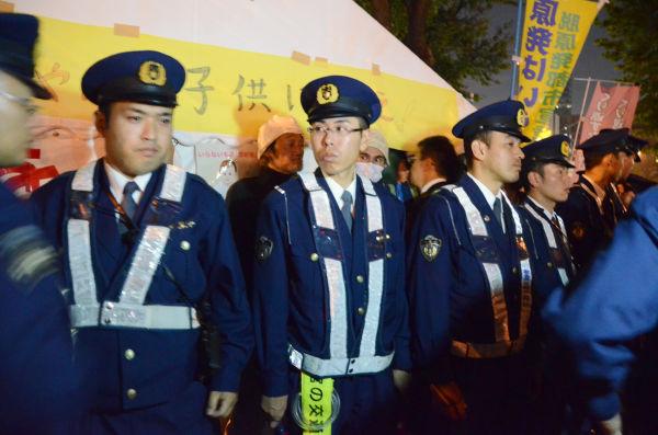 右翼が襲来した「脱原発テント」の警備を固める制服警察官。=12日午後9時頃、経産省前。写真:筆者撮影=