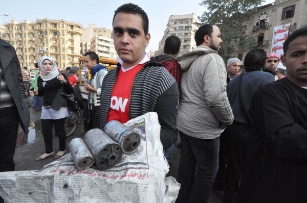 警察が民衆に向けて放った催涙ガス弾。呼吸中枢をやられる=同日、タハリール広場。写真:筆者撮影=