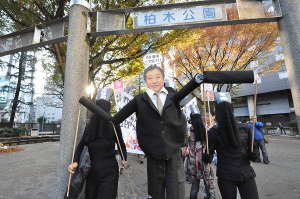 野田首相は米企業と米政府と官僚の操り人形。=同日、デモ出発点の新宿柏木公園。写真:筆者撮影=